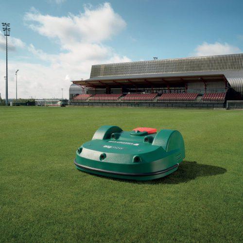 Von einem Bigmow gemähtes Fußballfeld