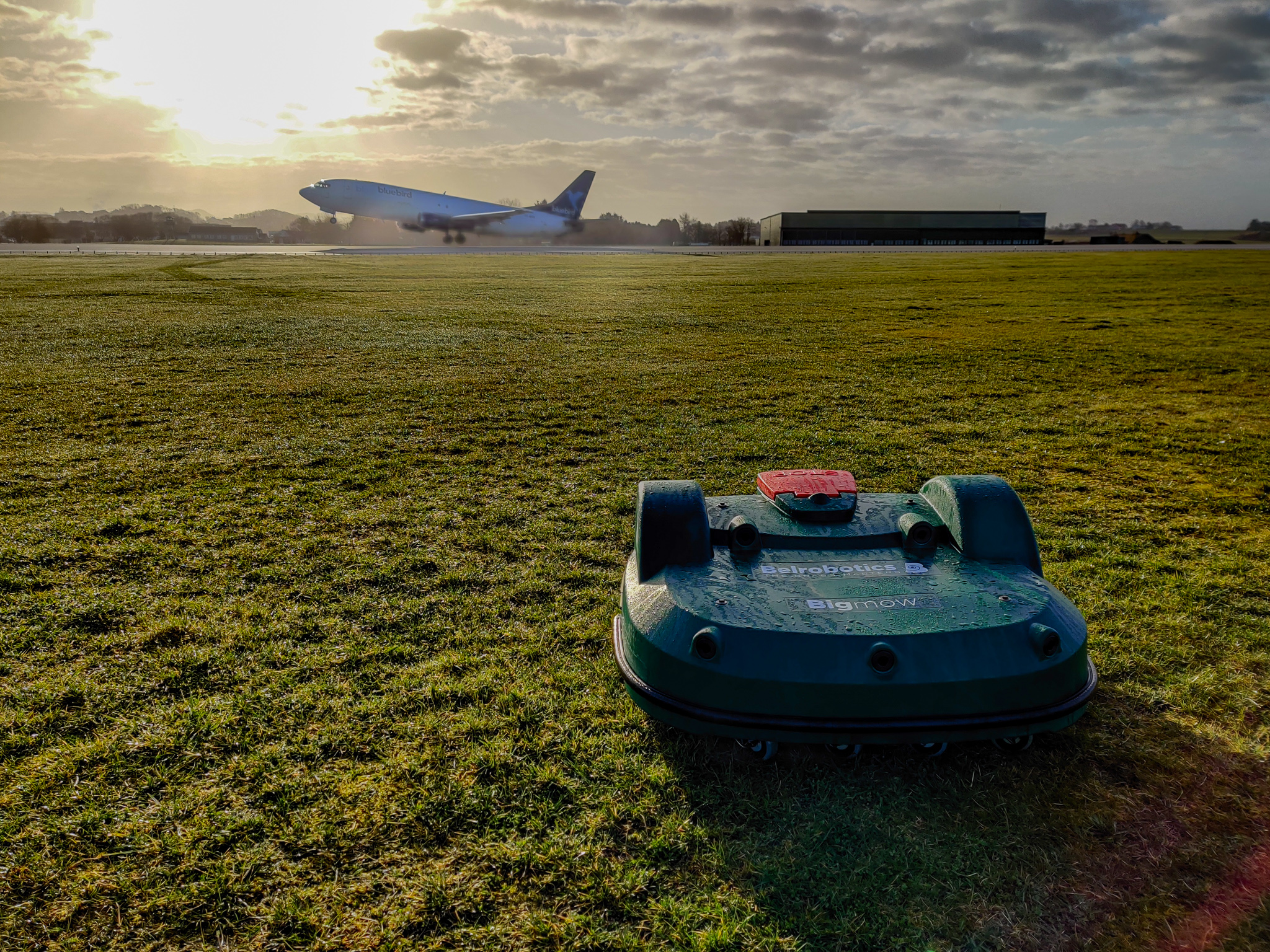 Robot tondeuse automatisée pour aéroport : retour de cas
